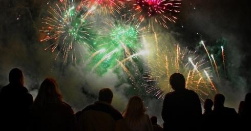 neste-domingo-23-no-parque-vingio-em-vilnius-lituania-durante-a-quarta-edicao-de-um-festival-internacional-de-fogos-de-artificio-1348391939867_956x500